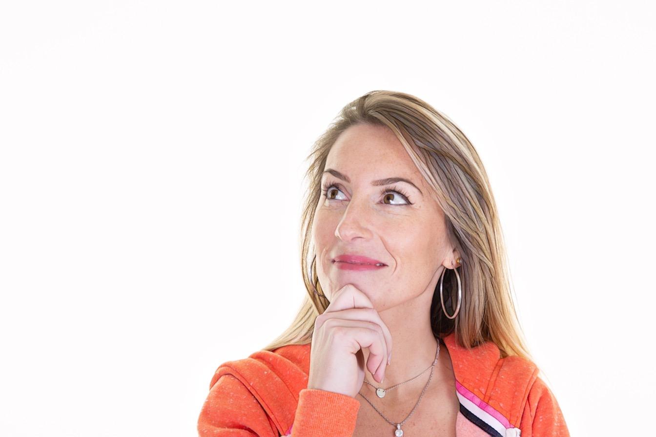 фото женщины на белом фоне