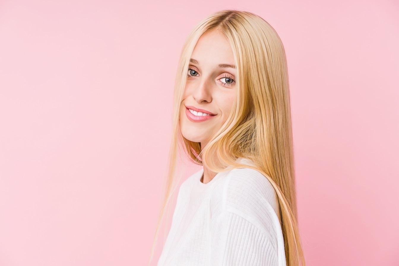 девушка на розовом фоне