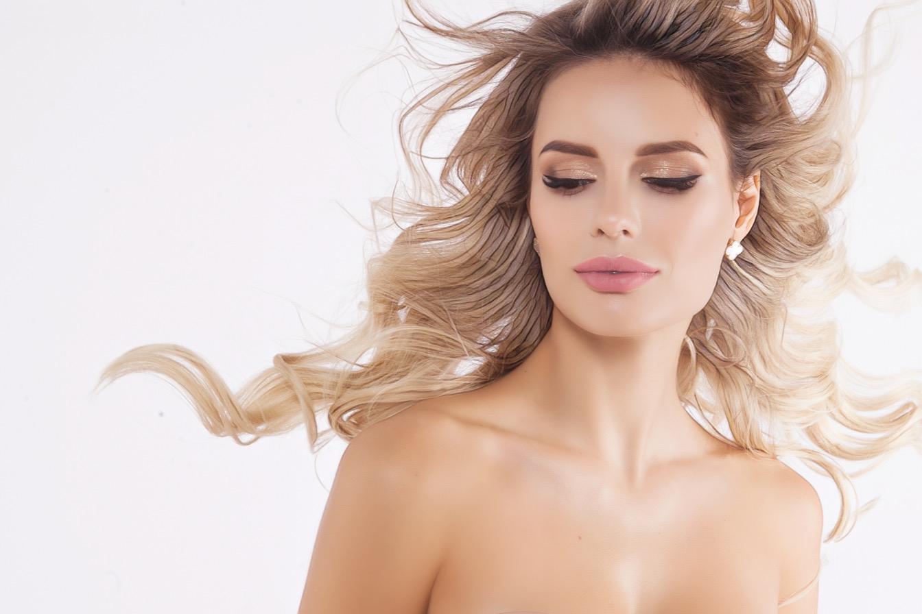 женщина с кудрявыми волосами